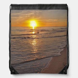 Rucksack: Sonnenuntergang durch den Strand Sportbeutel