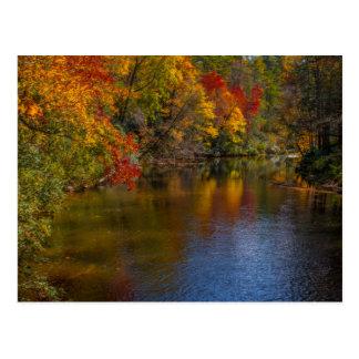 Ruhiger Herbst auf der Fluss-Postkarte Postkarte