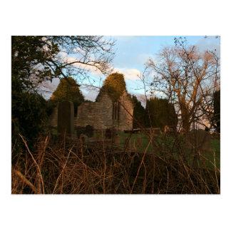 Ruinierte Kirche am Sonnenuntergang Postkarte