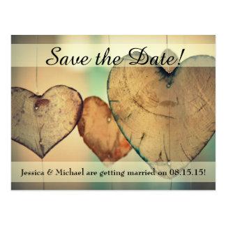 Rustikale hängende hölzerne Herz-Save the Date Postkarte