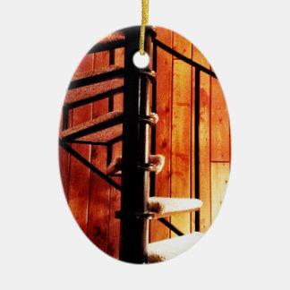 Rustikale Wendeltreppe an der Kabine Ovales Keramik Ornament
