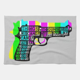 Sachen mit Gewehren an Handtuch