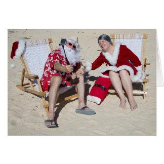 Sankt und Frau Klaus, der selfie auf Strand nimmt Karte
