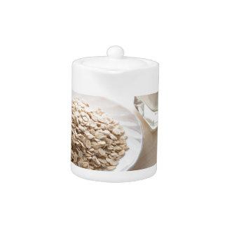 Saucer des Getreides und des Glases Milch im