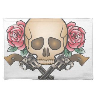 Schädel mit Vintagen Gewehren und Blumen Stofftischset