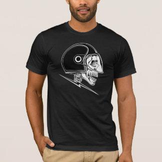 Schädel-Sturzhelm auf schwarzem Shirt