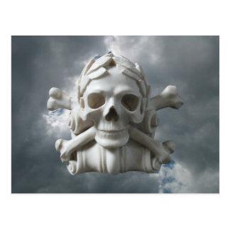 Schädel u. Knochen gegen eine stürmische bewölkter Postkarte