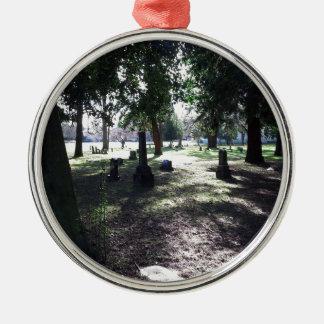 Schattenhafter Friedhof Rundes Silberfarbenes Ornament
