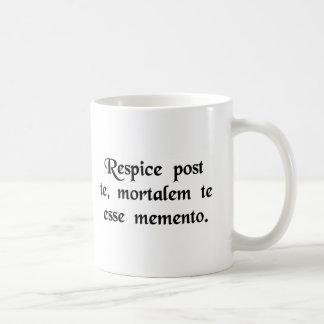 Schauen Sie um Sie, erinnern Sie daran sich, dass Kaffeetasse