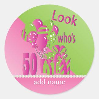 Schauen Sie, wer 50 im Rosa - 50. Geburtstag ist Runder Aufkleber