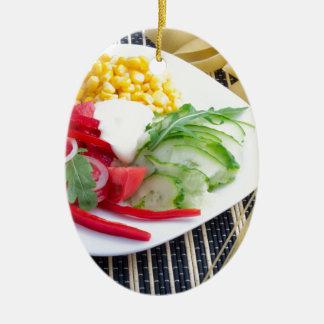 Scheiben des frischen rohen Gemüses Ovales Keramik Ornament