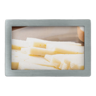 Scheiben des Käses und des Brotes auf einer Rechteckige Gürtelschnalle