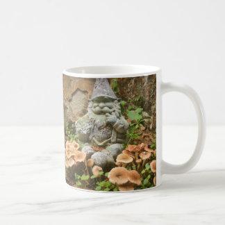 Schelmischer moosiger Gnome und Toadstools Kaffeetasse