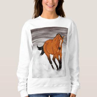 Scherzendes Wildleder-Pferd im Schnee Sweatshirt
