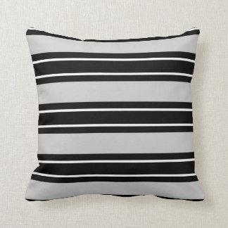 Schicke schwarze u. weiße Streifen, auf grauem Kissen