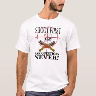 Schießen Sie zuerst. Fragen Sie Fragen NIE! T-Shirt