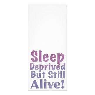 Schlaf beraubt aber noch lebendig in den werbekarte
