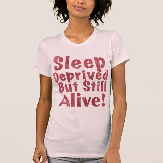 Schlaf beraubt aber noch lebendig in der Himbeere T-Shirt