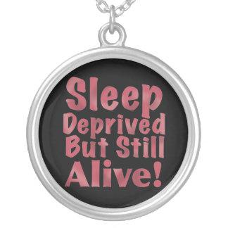 Schlaf beraubt aber noch lebendig in der Himbeere Versilberte Kette