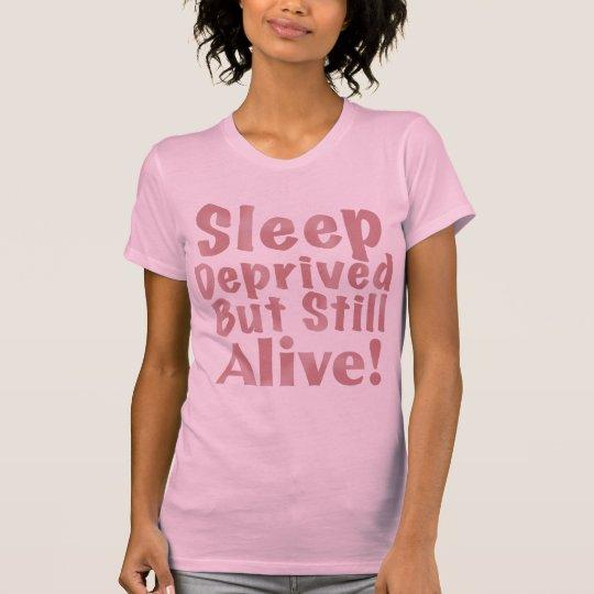 Schlaf beraubt aber noch lebendig in der staubigen T-Shirt