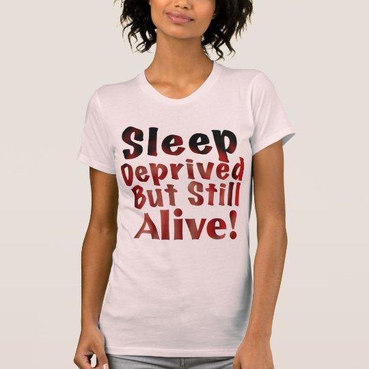Schlaf beraubt aber noch lebendig in T-Shirt