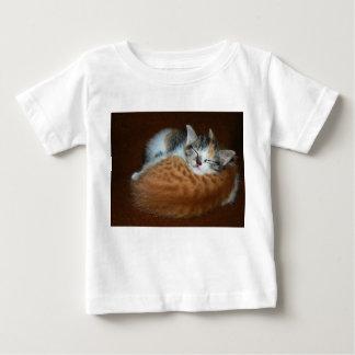 Schläfrige weiche Kätzchen Baby T-shirt