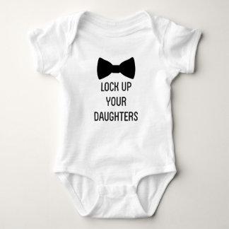 Schließen Sie oben Ihre Töchter zu Baby Strampler