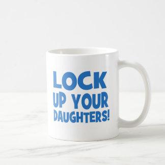 Schließen Sie oben Ihre Töchter zu! Kaffeetasse