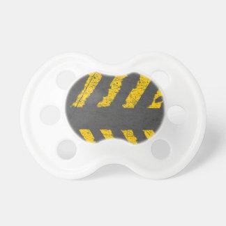 Schmutz beunruhigte gelbe Straßenmarkierung Schnuller