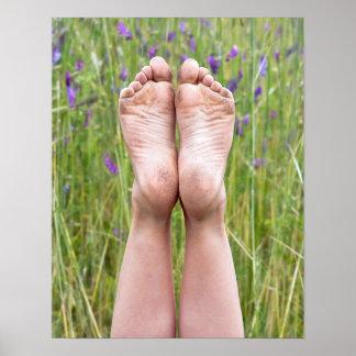 schmutzige bloße Füße in den Wildblumen Poster
