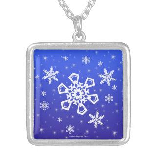 Schneeflocken weiß auf Blau Versilberte Kette