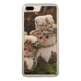 Schneemänner, die Pinecone Hut tragen Carved iPhone 7 Plus Hülle