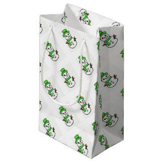Schneemanngrün, das Versorgungen einwickelt Kleine Geschenktüte