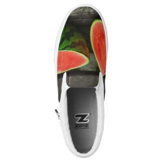 Schneiden Sie Wassermelone auf rustikalem Slip-On Sneaker