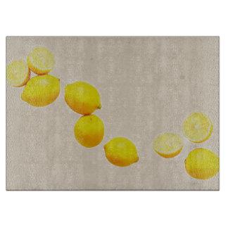Schnur der Zitronen auf Vintagem Hintergrund Schneidebrett
