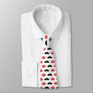 Schnurrbart und Lippen rot u. schwarzes Muster Krawatte