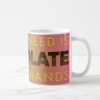 Schokolade in beiden Händen 11-Unze-klassische Kaffeetasse