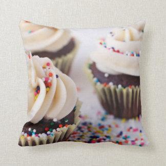 Schokoladen-Kuchen-Vanille-Zuckerguss besprüht Kissen