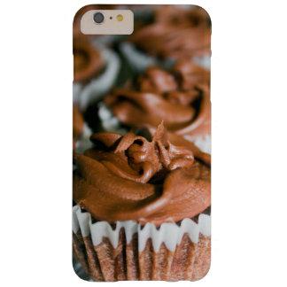 Schokoladen-mattierte kleine Kuchen auf einem Barely There iPhone 6 Plus Hülle