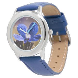 Schöne blaue Frühlings-Blume Uhr