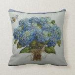 schöne blaue Hydrangeas mit einer Biene Kissen