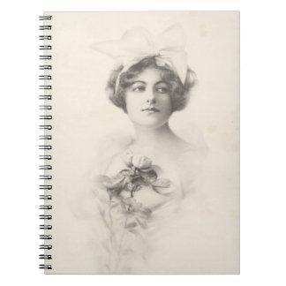 Schöne Dame mit einem Rosen-Notizbuch Spiralblock