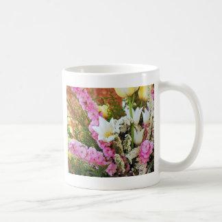 Schöne Hochzeits-Blumenanordnung Kaffeetasse