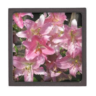 Schöne rosa Lilien Schachtel