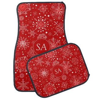 Schöne Schneeflocken auf rotem Autofußmatte
