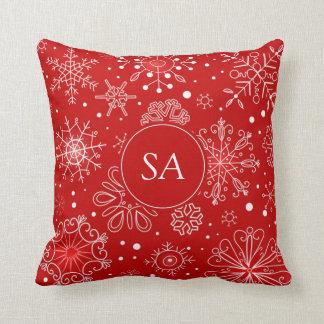Schöne Schneeflocken auf rotem Kissen