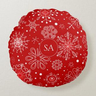 Schöne Schneeflocken auf rotem Rundes Kissen
