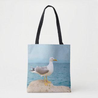Schöne Seemöwe in dem Meer Tasche