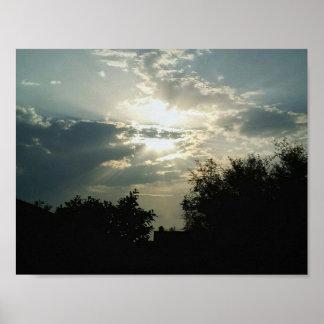 Schöne Sonnenaufgang-Fotografiewolken und -bäume Poster