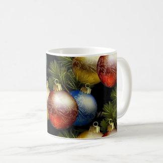 Schöne Weihnachtsbälle mit empfindlichem Entwurf Kaffeetasse